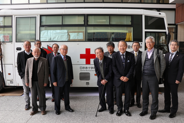 献血バス前で集合写真